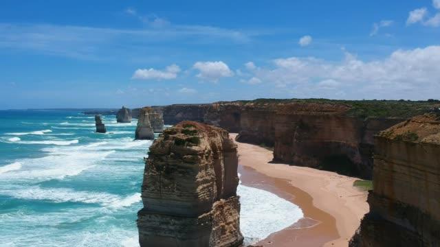 十二使徒、石灰岩スタック ・ ビクトリア、オーストラリアのグレートオー シャン ロードの海岸のポート ・ キャンベル国立公園を観光のコレクションの空中ドローン ビューを見事な。 - オーストラリア点の映像素材/bロール