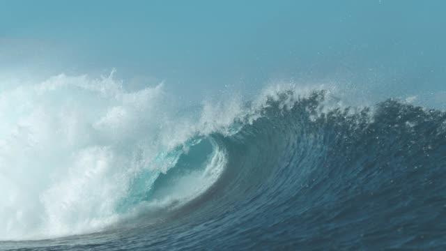 vídeos y material grabado en eventos de stock de lenta: impresionante cañón onda brilla brillantemente en la luz del sol de verano bonito. - marea