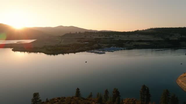 fort spokane'de two rivers resort marina'da çarpıcı golden hour sunlight - bakir yer stok videoları ve detay görüntü çekimi