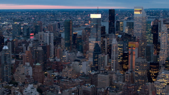 antenn: fantastisk morgon skyline av midtown manhattan byggnader och skyskrapor - pink sunrise bildbanksvideor och videomaterial från bakom kulisserna
