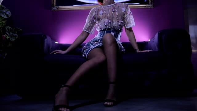 vídeos y material grabado en eventos de stock de impresionante pelirroja sentada en el sofá - glamour