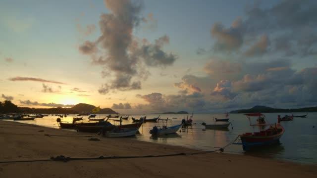 denizde çarpıcı gündoğumu parladı - andaman denizi stok videoları ve detay görüntü çekimi
