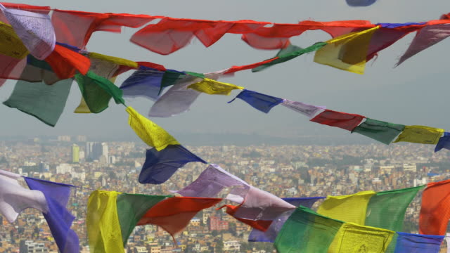vídeos de stock e filmes b-roll de close up: stunning view of kathmandu city behind the fluttering prayer flags. - hinduísmo