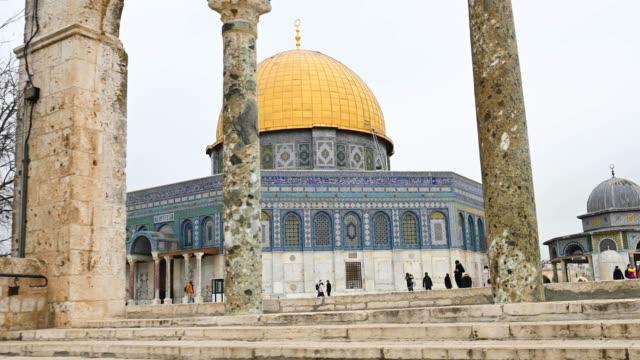観光客が写真を撮って周りを散策すると、岩の美しいドームが見事に見えます。この岩のドームは、イスラエルのエルサレムにある神殿の丘の上にあるイスラム教の神殿です。 - 人の居住地点の映像素材/bロール