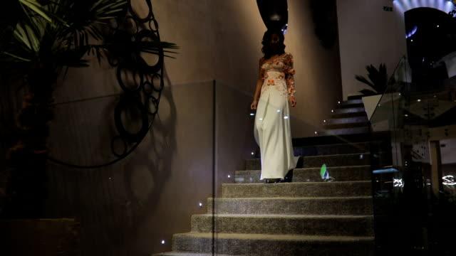 手順を歩いて白いドレスを着た美しい女性 - 豊かなライフスタイル点の映像素材/bロール