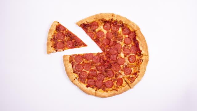stupido movimento. mangiare pizza. sfondo bianco - pizza video stock e b–roll