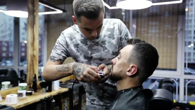 vidéos et rushes de mise en plis avec coupe-bordures électrique. - salons et coiffeurs