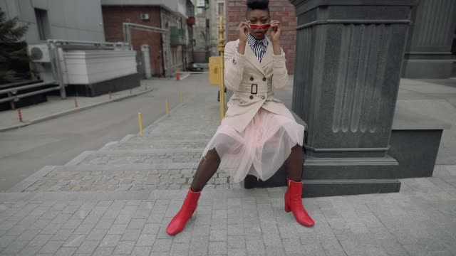vídeos de stock e filmes b-roll de stylish fashionable woman blogger sitting in urban city - glamour