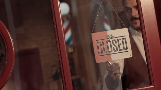 昔ながらの理髪店でオープン サインとスタイリッシュな流行に敏感な理容室 ビデオ