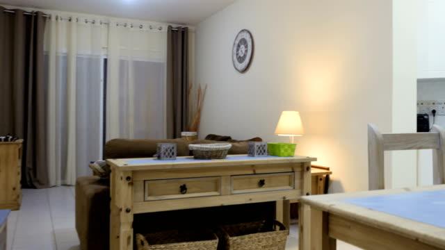 Salon élégant connecter avec petite cuisine dans l'appartement studio - Vidéo