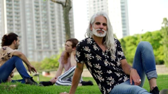 stylowy dojrzały mężczyzna - siwe włosy filmów i materiałów b-roll