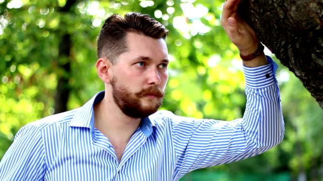 vídeos de stock, filmes e b-roll de homens elegantes, barbudo cara no parque - moda urbana