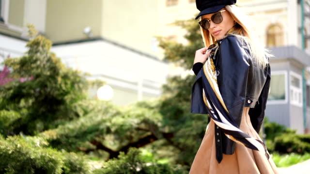 vídeos de stock, filmes e b-roll de modelo à moda do retrato de ao ar livre. forme a mulher nova que levanta fora em uma rua da cidade - fashion