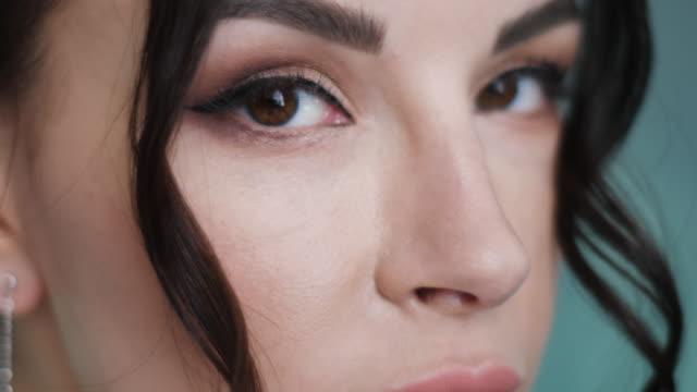 stylisches sexy junges girl-model steht in einem langen blauen kleid - ohrring stock-videos und b-roll-filmmaterial