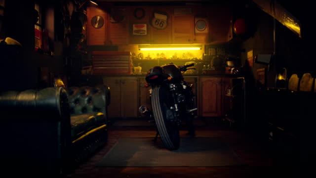 stilvolle oldtimer hobby motorradgarage. workshop - garage stock-videos und b-roll-filmmaterial