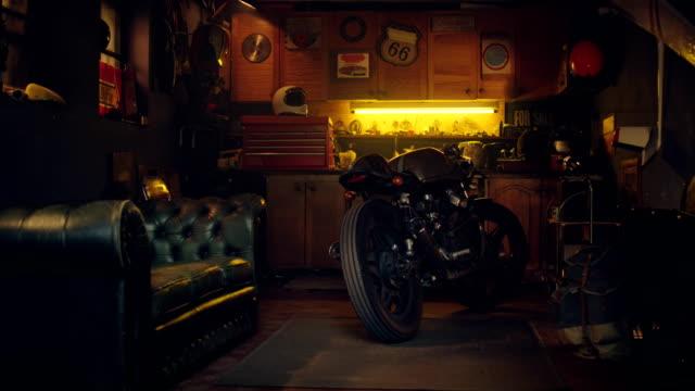 stilvolle oldtimer hobby motorradgarage werkstatt - garage stock-videos und b-roll-filmmaterial