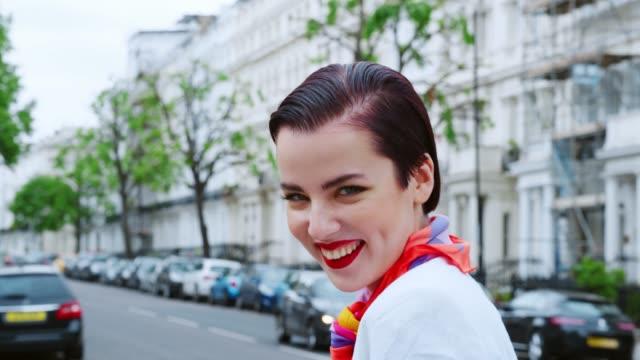街の上に立ってのスカーフ着用スタイリッシュな女性 - スタイリッシュ点の映像素材/bロール