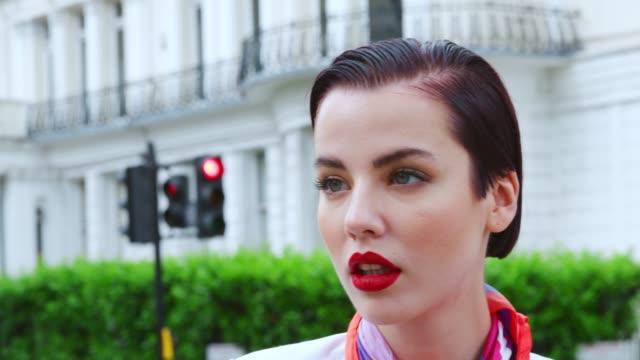 Stilvolle Frau trägt Schal stehen auf Stadt-Straße – Video