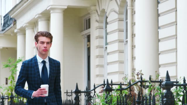 Stilvolle junge Mann tragenden Kaffee auf Stadt Straße – Video