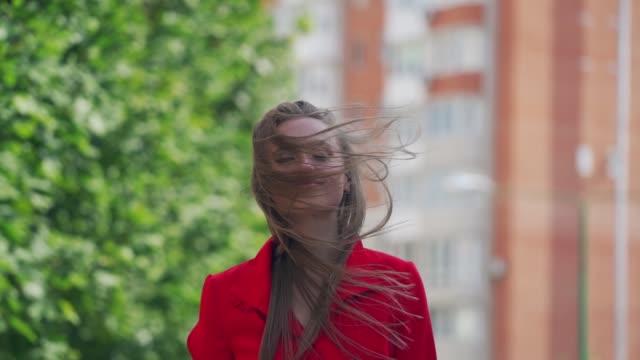 vídeos de stock e filmes b-roll de stylish young woman posing in city streets - só mulheres jovens