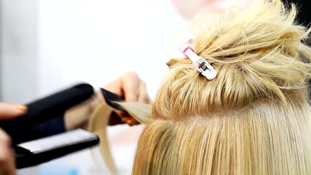 vidéos et rushes de salon de coiffure fait coiffure styliste - salons et coiffeurs