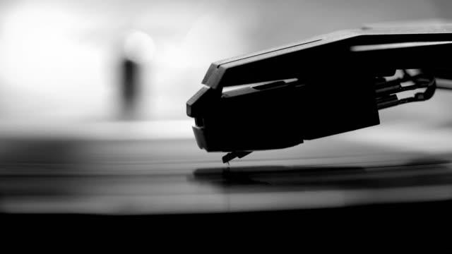 vídeos y material grabado en eventos de stock de lápiz y tocadiscos de grabación. monocromo. - disco audio analógico