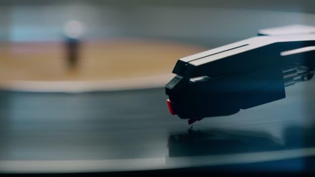 stylus and record turntable. - analogiczny filmów i materiałów b-roll