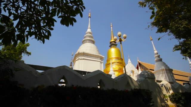 suan dok budist tapınağı chiang mai tayland - stupa stok videoları ve detay görüntü çekimi
