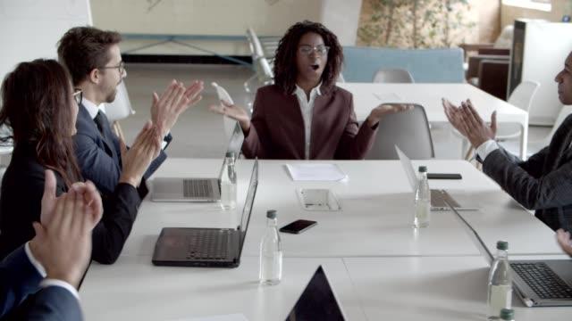 untergebene applaudieren erfolgreicher projektleiterin - unterordnung stock-videos und b-roll-filmmaterial