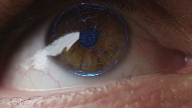 vídeos de stock, filmes e b-roll de varredura de olho digital sutil com lasers biométricos futuristas - pré estreia