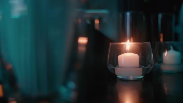 subtle flickering candle in a nightclub. - уютный стоковые видео и кадры b-roll