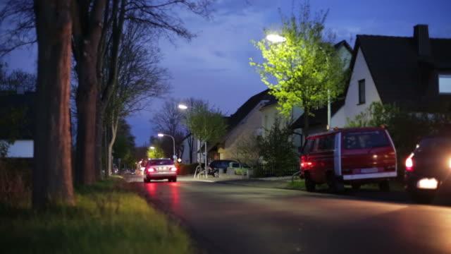 vídeos de stock, filmes e b-roll de crane up: subúrbio à noite - subúrbio