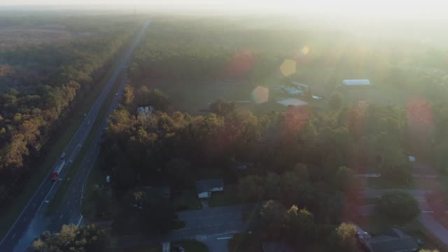 vídeos de stock e filmes b-roll de suburban area of tallahassee, florida, at sunset. aerial drone video with the forward camera motion. - suburbano