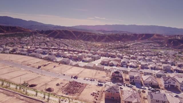 vídeos y material grabado en eventos de stock de suburbano casas en diversas etapas de la construcción - vista aérea - imperfección