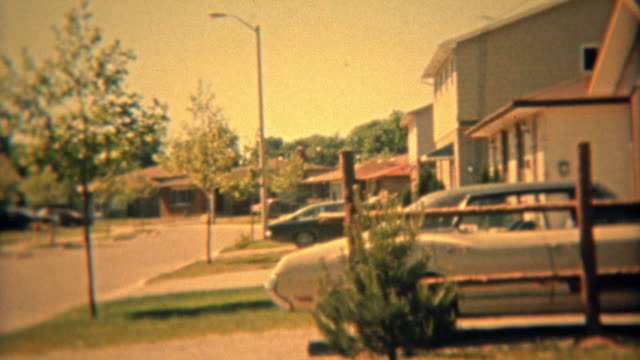 colombus, ohio 1974: suburbano casa espansione degli anni'70 con auto closeups. - politica e governo video stock e b–roll