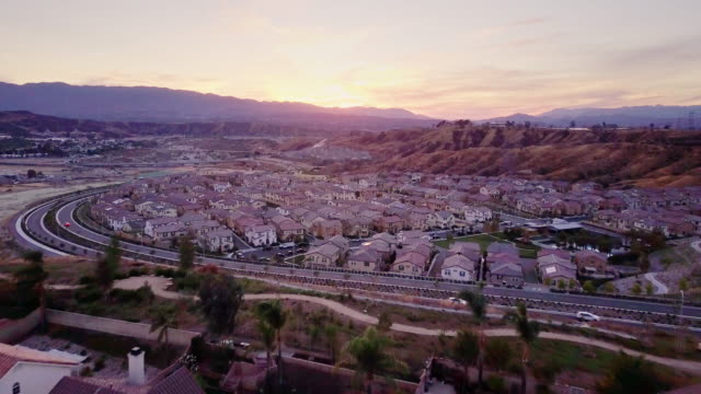 Vorort in der Dämmerung - Luftbild – Video