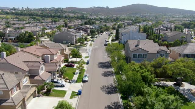 大きなヴィラを持つ郊外の近所の通り, サンディエゴ - 地域点の映像素材/bロール