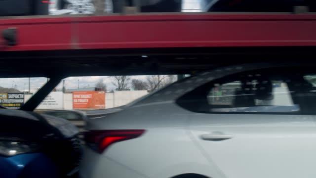 förortsvägtrafik - biltransporttrailer bildbanksvideor och videomaterial från bakom kulisserna
