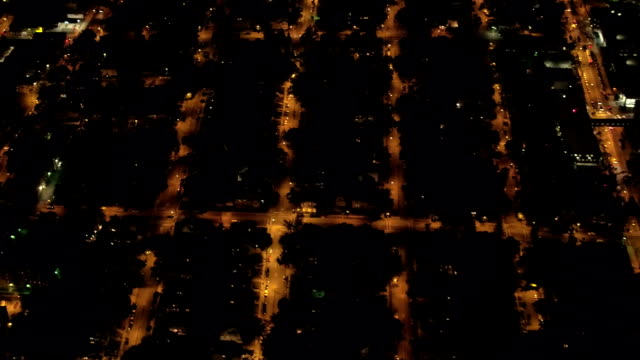 vídeos de stock e filmes b-roll de aerial suburban - urban street grid lit up with lights at night in new york city - suburbano