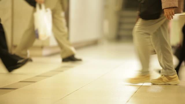 地下鉄ホールウォーキング - 靴点の映像素材/bロール