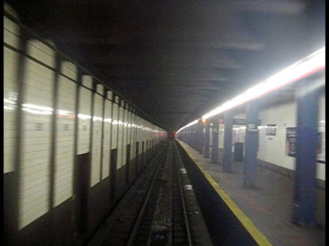 nel tunnel della metropolitana, movimento, new york - subway video stock e b–roll