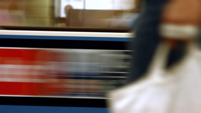 tunnelbanan avgår från stationen - munich train station bildbanksvideor och videomaterial från bakom kulisserna