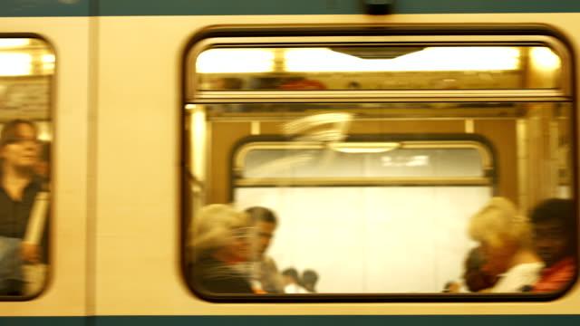 treno della metropolitana in partenza (4 k ultra hd/hd) - passare davanti video stock e b–roll