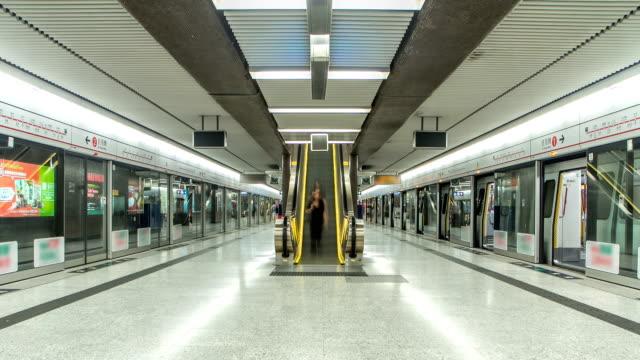 tunnel bana tåg station interiör timelapse i centrala, hong kong. mtr är det mest populära transport medlet i hong kong - waiting for a train sweden bildbanksvideor och videomaterial från bakom kulisserna