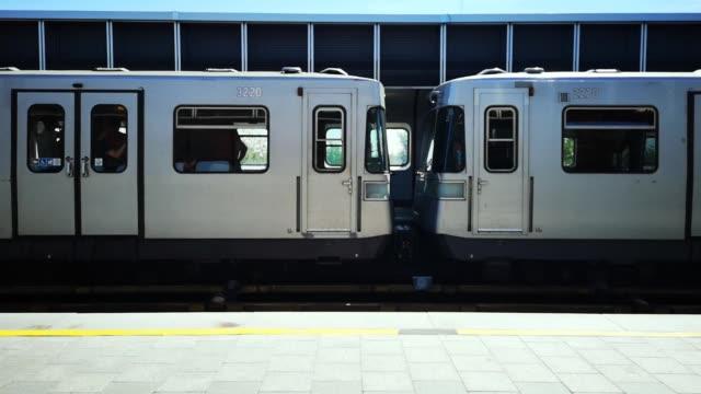 vidéos et rushes de wagons de train de métro passant par la gare - wagon