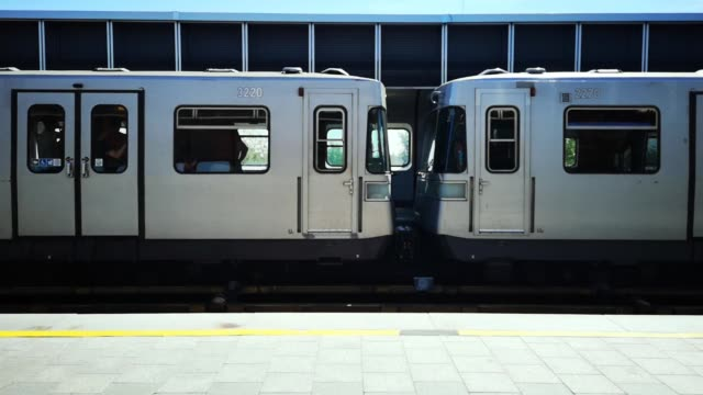 subway train wagons passing through station - wagon kolejowy filmów i materiałów b-roll