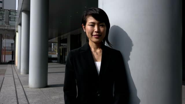 成功とカメラに笑顔若いアジア女性実業家のためのキャリア ビデオ