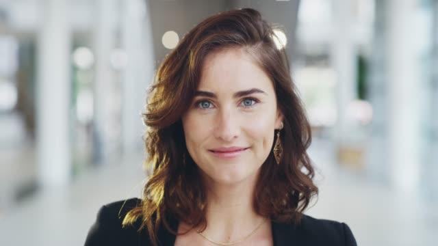 vidéos et rushes de le succès est poursuivi avec la positivité - portrait femme