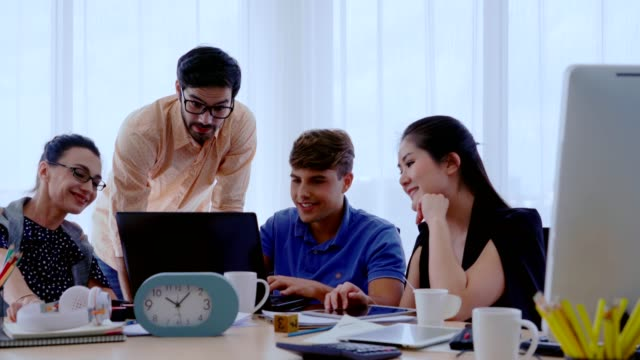 vídeos de stock e filmes b-roll de successful business people celebrating project success at office. - envolvimento dos funcionários