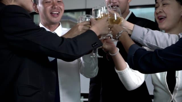 vidéos et rushes de les gens d'affaires réussis boivent le vin et le champagne dans le festin de dîner de salle de bal. - soirées habillées